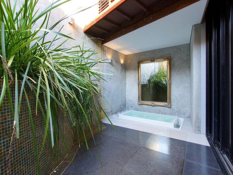 d-e Real Estate 219 Brisbane St North Perth outdoor bath